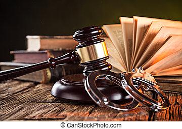 Mazo de madera y libros en la mesa de madera