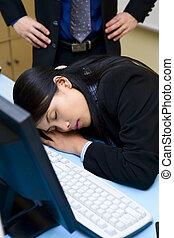 Me pillaron durmiendo en la oficina