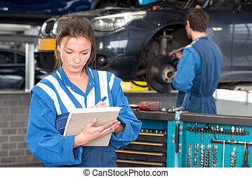 Mecánica femenina en el trabajo