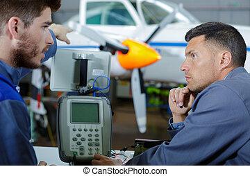 mecánico, avión, avión, chasis, mantenimiento, inspecciona