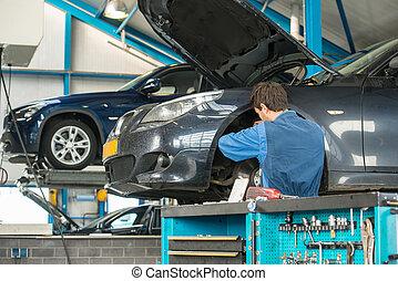Mecánico en el trabajo en un garaje