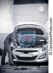 Mecánico mirando el motor del auto