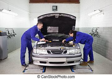 Mecánicos mirando el motor