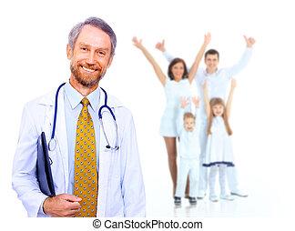 Medico sonriente y familia feliz