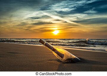 Mensaje antiguo en una botella en la costa del mar