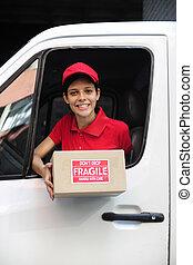 Mensajero en camión entregando paquetes