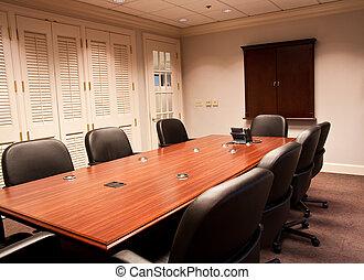 Mesa de conferencias y ventanas cerradas
