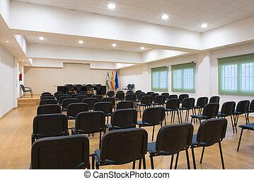 Mesa y sillas en la sala de reuniones