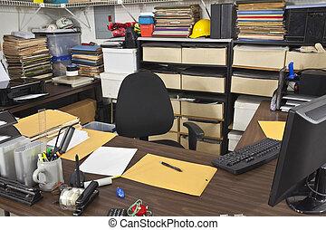 Mezquino escritorio de oficina de oficinas