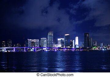 Miami en el centro de la noche de la ciudad del agua