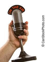 Micrófono en mano sobre blanco