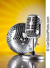 Micrófono estilo retro, fondo musical, concepto saturado de música