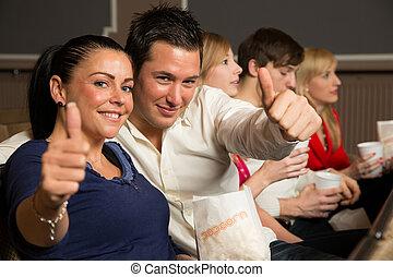 Miembros del público mostrando pulgares