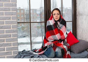 mientras, envuelto, mujer se sentar, joven, alféizar, atractivo, manta, mirar, cámara