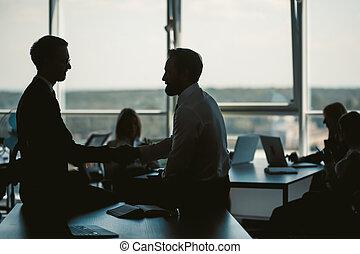 mientras, tables., image., hombres de negocios, ventana., oscurecido, foto, oficina., dos, oficinistas, alto, sentado, plano de fondo, calidad, mesa., imagen, toned, hombres, sentarse, comunicarse