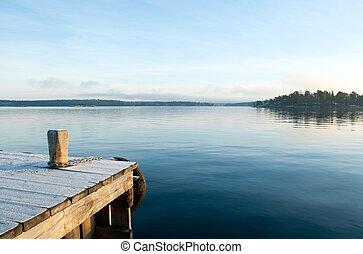 Mira sobre un lago tranquilo