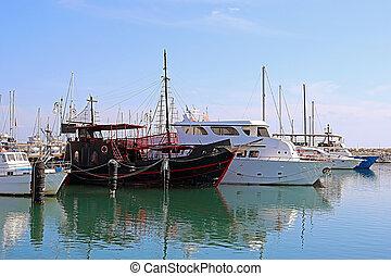miradas, yates, otros, pirata, él, barco, cyprus., como, larnaca, uno, negro, diferente, -, barco, puerto