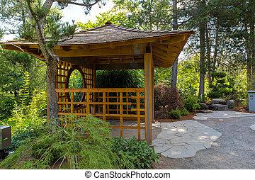 Mirador de madera en el jardín japonés de la isla Tsuru