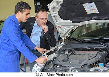 Mirando el motor del coche