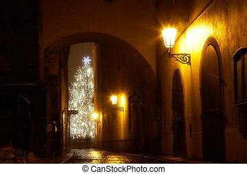Misterioso callejón con árbol de Navidad