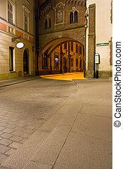 Misterioso callejón con linternas en Cracovia por la noche