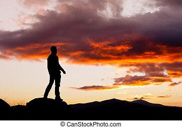 misterioso, cielo, contemplando, hombre