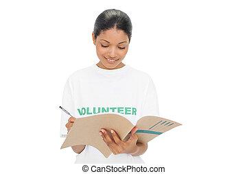 Modelo alegre usando camisetas voluntarias