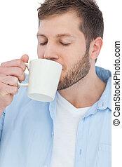 Modelo casual bebiendo un café