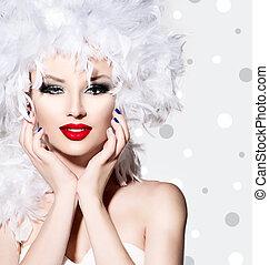 Modelo de belleza chica con plumas blancas estilo cabello