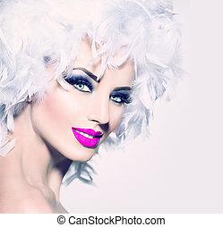 Modelo de moda chica con plumas blancas peinado