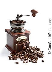Molinillo a la antigua y granos de café asados aislados