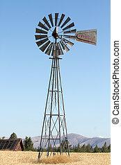 Molino de viento en la granja