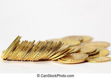 Monedas de oro en el fondo blanco
