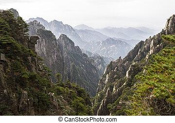Montañas amarillas en China durante la temporada de otoño