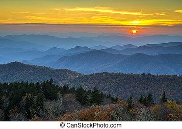 montañas azules, caballete, capas, appalachian, encima, otoño, neblina, ocaso, follaje, otoño, cubierto, parkway