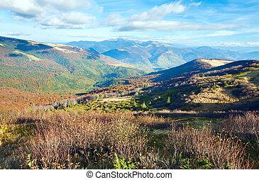 Montañas de otoño y árboles desnudos