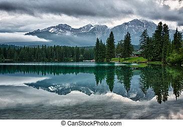 montañas, rocoso, espejos, encima, canadiense, mañana, brumoso, perfectly