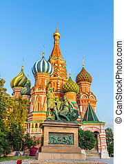 Monumento a Minin y Pozharsky y St. Basil Catedral en Moscú, Rusia