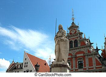Monumento de Roland en Riga en la vieja plaza de Letonia