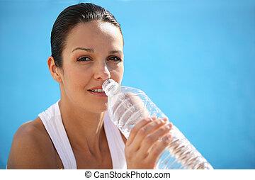 Morena bebiendo de una botella de agua