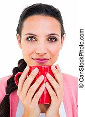 Morena bonita sosteniendo una taza