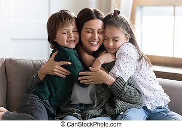 mother., se abrazar, joven, pequeño, cariñoso, niños