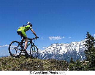 Motociclista de montaña andando por las montañas