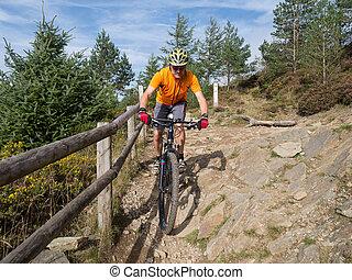 Motociclista de montaña en Gales