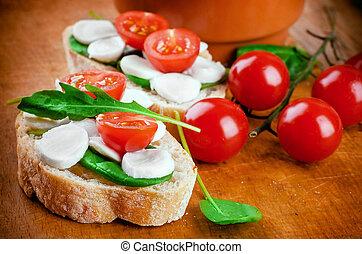 Mozzarella, tomates y pan. Comida italiana