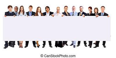 Mucha gente de negocios en fila tiene una estandarte en blanco aislado en el fondo blanco