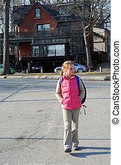 muchacha de la escuela, caminata