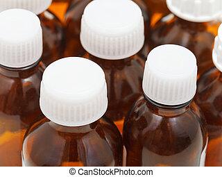 Muchas botellas de ámbar cerradas