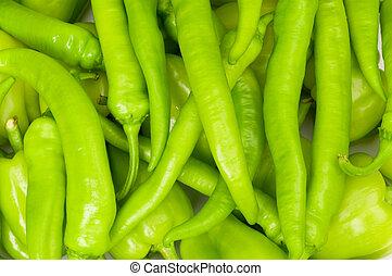 Muchos pimientos verdes y calientes en el mercado