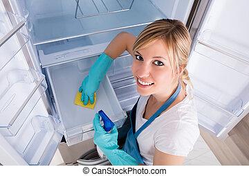 mujer, ángulo, alto, limpieza, refrigerador, vista